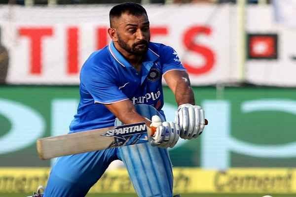 धोनी ने वनडे और टी-20 में टीम इंडिया की कप्तानी छोड़ी, एक खिलाडी के तौर पर खेलते रहेंगे