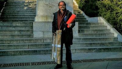 Un anticuario español con la pintura de Goya en manos