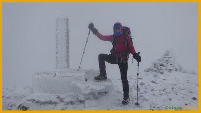 En la cima del Pico Brañacaballo junto al vértice con mucha niebla