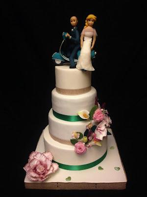 tarta boda; fondant; celebración; novios; moto; vespa; flores; anillo; mesa