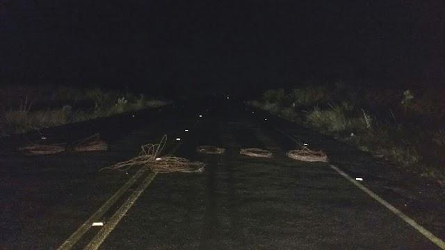 Bandidos colocam barricada na BR-226 entre o Perímetro Irrigado e a UFERSA em Pau dos Ferros