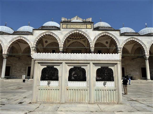 fontana abluzioni nel cortile della moschea