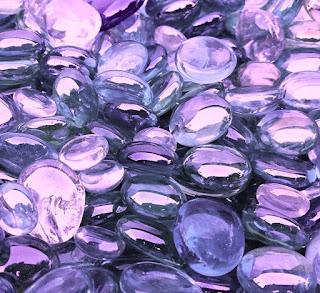 Frame cheio de cristais em tons de lilás, alusivo à transparência e translucidez dos silicones