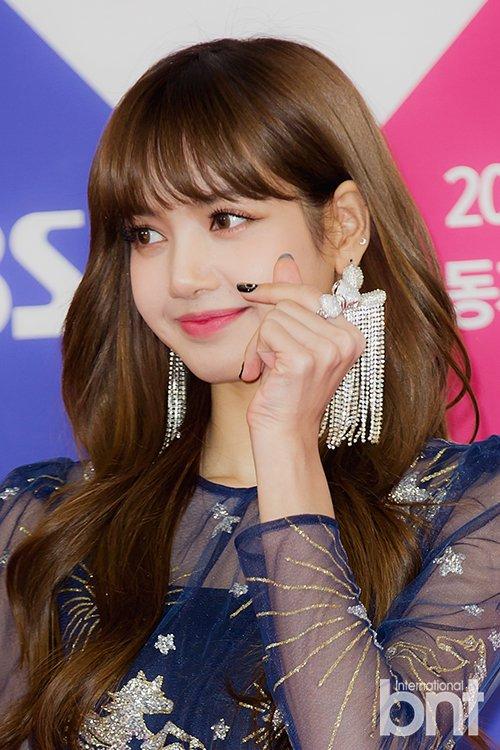 Cute Barbie Doll Wallpaper Hd Photos Lisa On Red Carpet Sbs Gayo Daejun 2017