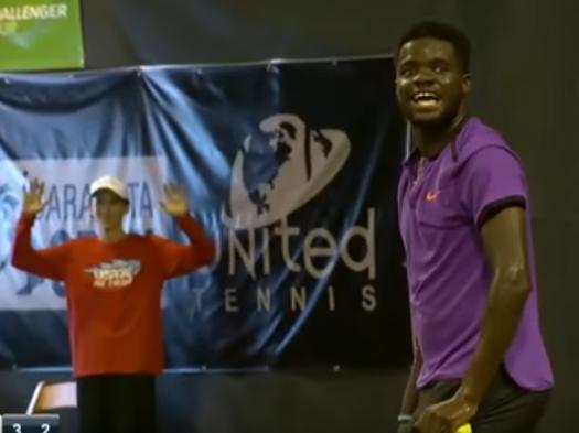 Un juego de tenis se interrumpe por una pareja teniendo sexo