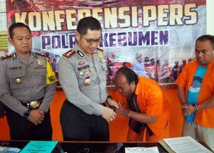 Peras Warga Kebumen, 'Ketua LSM' Nangis Setelah Ditangkap Polisi