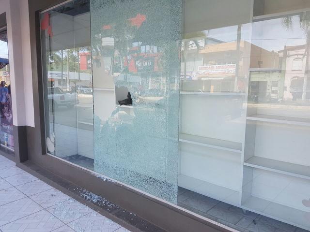 Dupla quebra vidro de loja e furta produtos em Cruzeiro do Sul