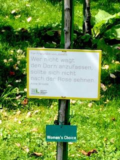 Wien: Rosengarten Schild- Wer nicht wagt den Dorn anzufassen, sollte sich nicht nach einer Rose sehnen.