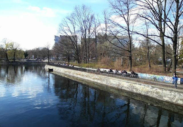 Menschen in der Sonne am Ufer des Berliner Flutgrabens