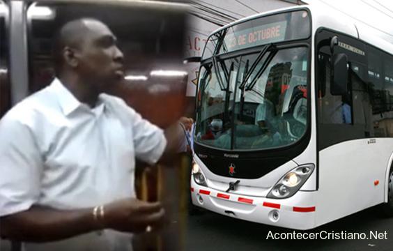 Hombre predicando en bus