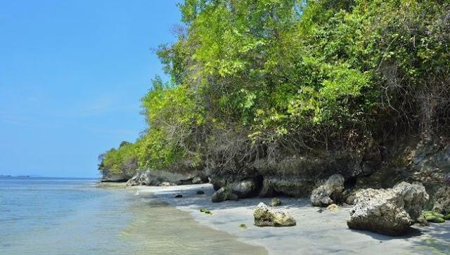 Tempat Wisata Pantai Dengan 2 Hiasan Karang