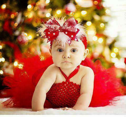Kırmızı elbiseli bebek