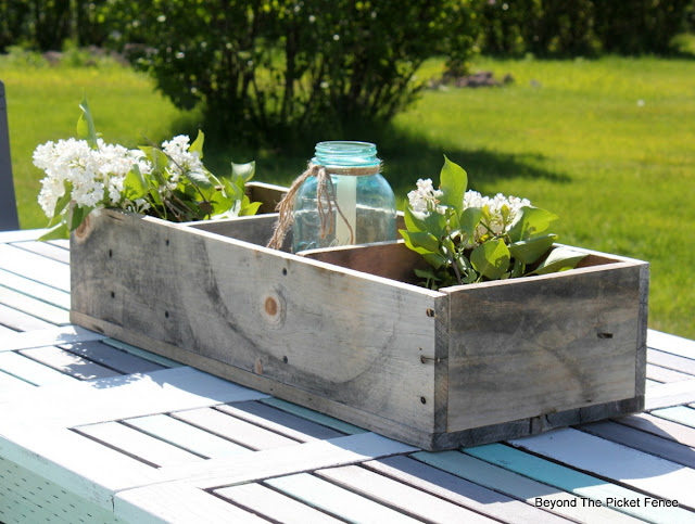 crate, wood box, pallets, rustic, table decor, summer, http://bec4-beyondthepicketfence.blogspot.com/2016/06/weathered-wood-pallet-crate.html