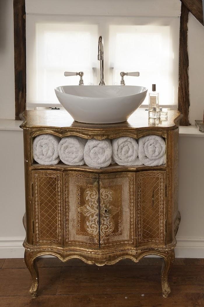 Stary, drewniany dom w Anglii, wystrój wnętrz, wnętrza, urządzanie domu, dekoracje wnętrz, aranżacja wnętrz, inspiracje wnętrz,interior design , dom i wnętrze, aranżacja mieszkania, modne wnętrza,styl francuski, styl klasyczny, styl rustykalny, stary dom, dom po remoncie, drewniane belki, łazienka, umywalka na starej komodzie
