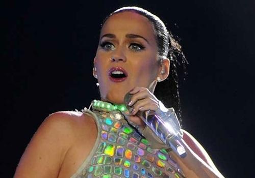 Katy Perry dançou e rodou e trocou de roupa no encerramento do Rock in Rio 2015