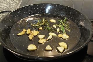 Dorando los ajos con el romero.