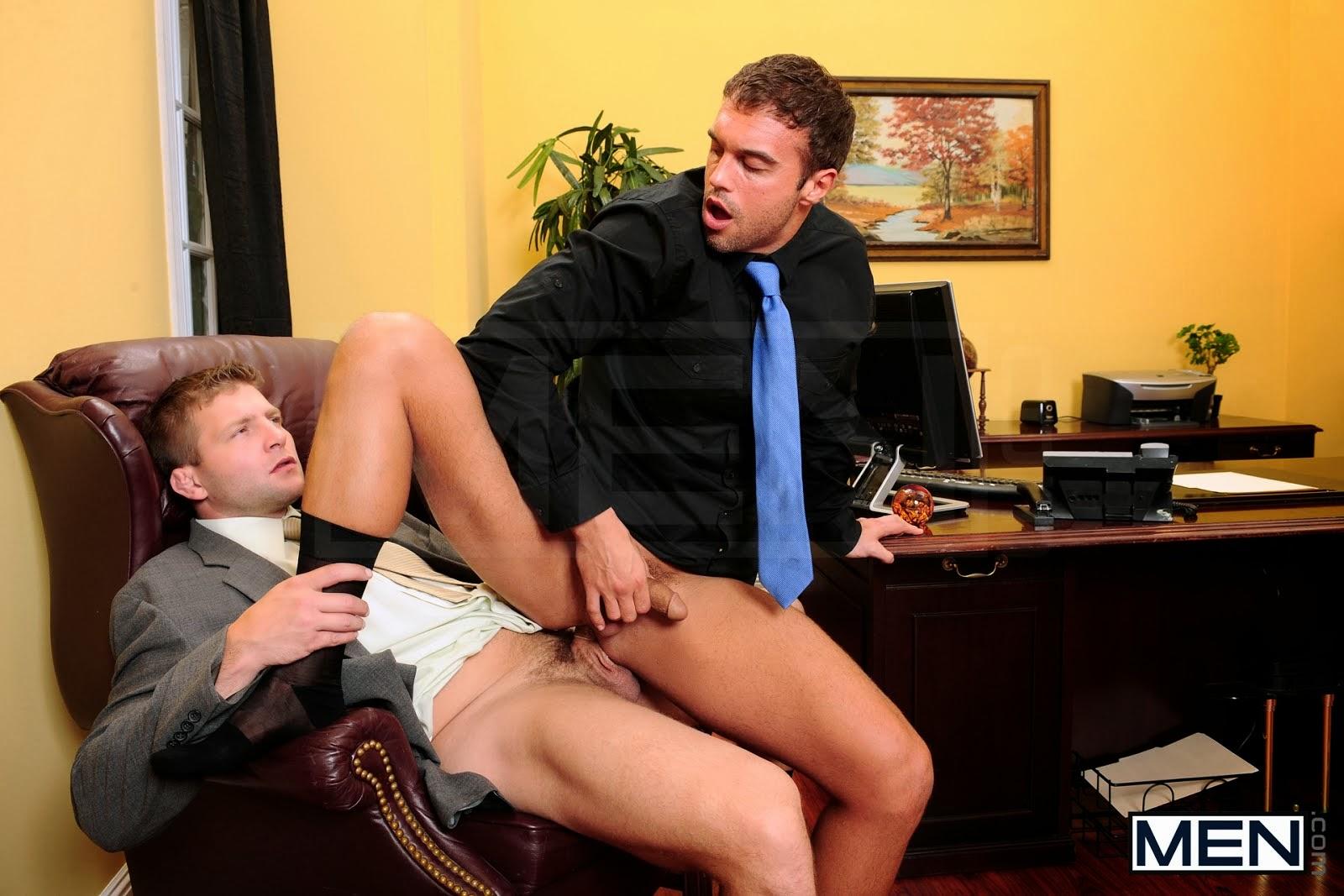 Парень рабочий отрабатывает у начальнице
