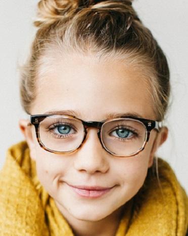 7d02ac55fb El material de las gafas se recomienda de silicona por ser resistentes,  livianos y cómodos, siendo otra opción de acetato, de titanio.