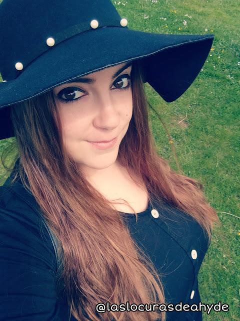 selfie con sombrero floppy y vestido negro