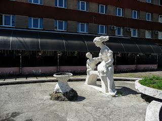 Калуш. Ул. Подвальная. Скульптура возле отеля «Астория»