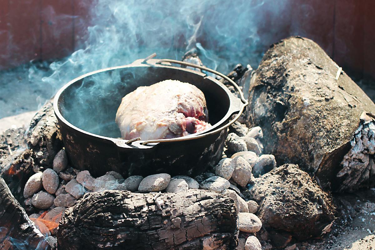 Die walisische Lammkeule beim Anbraten in der Hitze der Glut im Dutch Oven Walisische Lammkeule aus dem Dutch Oven mit grünem Spargel [welsch lamb]  | Arthurs Tochter kocht von Astrid Paul, der Blog für food, wine, travel & love