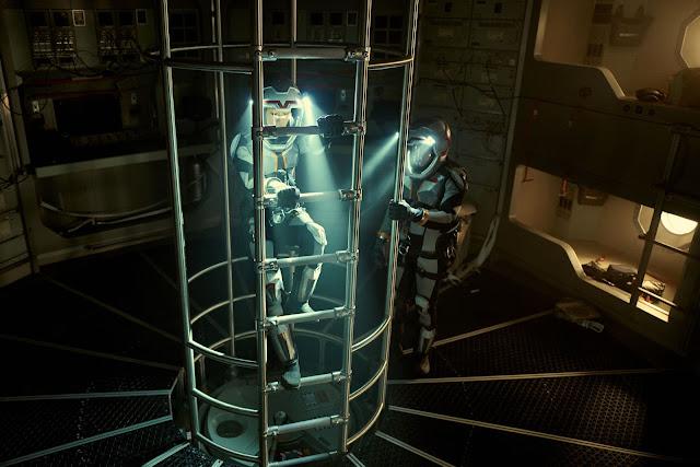 Các phi hành gia mặc những bộ đồ bảo hộ rồi rời khỏi tàu để chuẩn bị thực hiện đặt chân lên Sao Hỏa lần đầu tiên.