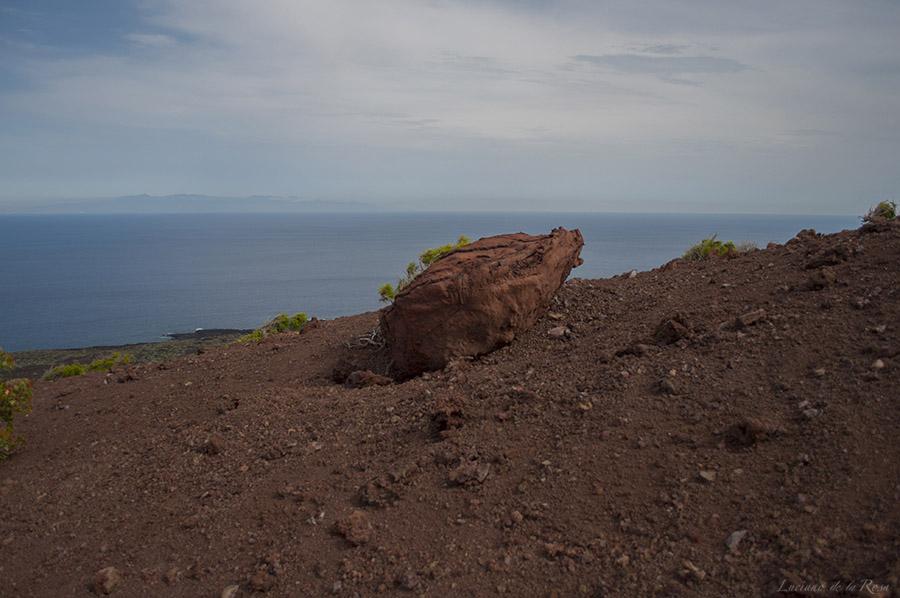 Bomba volcánica que se encuentra sobre Montaña Grande. Al fondo puede verse la isla de Gran Canaria