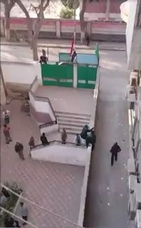 """بالفيديو والصور """" هروب جماعى للمدرسين من أعلى سور مدرسة اعدادية بالزقازيق teachers escape"""