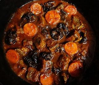 Говядина тушеная с черносливом и помидорами