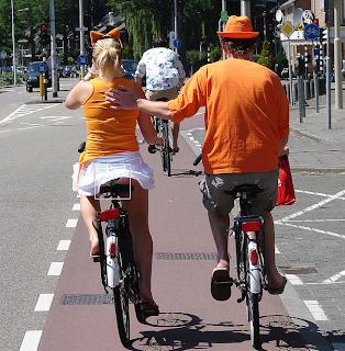 Smiješna fotografija gole stražnjice na biciklu