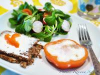 Mic dejun cu oua prajite in rondea de ardei