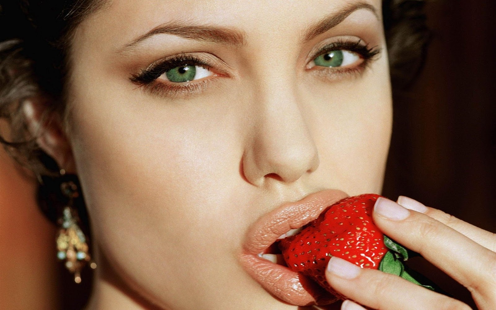 Angelina Jolie Angelina Jolie in Eating strawberry Hot Bold Sexy Pics in Hollywood Actress