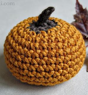 http://translate.google.es/translate?hl=es&sl=en&tl=es&u=http%3A%2F%2Fwww.kundhi.com%2Fblog%2F2010%2F10%2F14%2Ffavecrafts-blog-hop-tiny-crochet-pumpkin%2F%23sthash.YRMUeYMf.dpbs