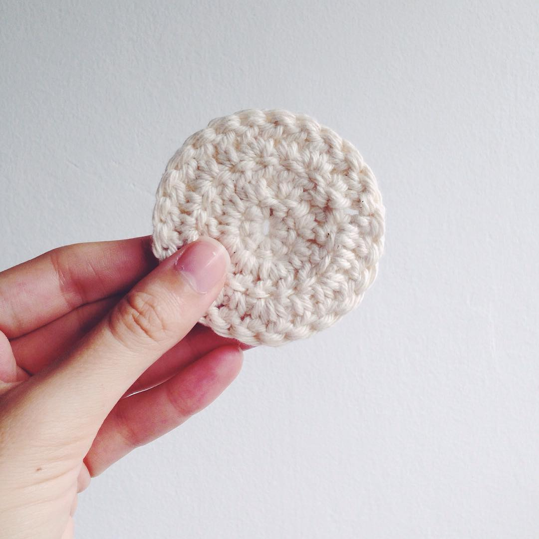 4187dd556394c Discos reutilizáveis de crochê (e algodão) pra tirar maquiagem