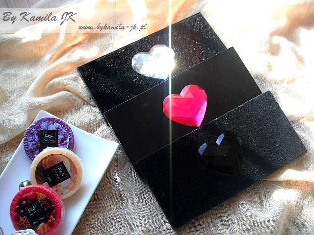 Makeup Revolution paleta cieni z sercem Naked Underneath Black Velvet I heart Passion