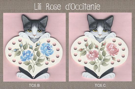Tri-fils bois peint, chat gris et coeur blanc + roses couleur au choix. Broderie et point de croix