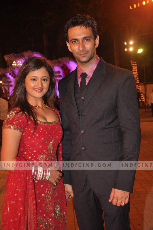 HOT SEXY Rashami Desai and Nandish Sandhu CLEAVAGE RED DRESS NAVAL