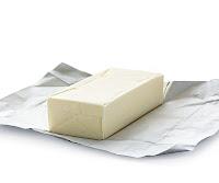 Açılmış kağıdı içindeki bir margarin kalıbı