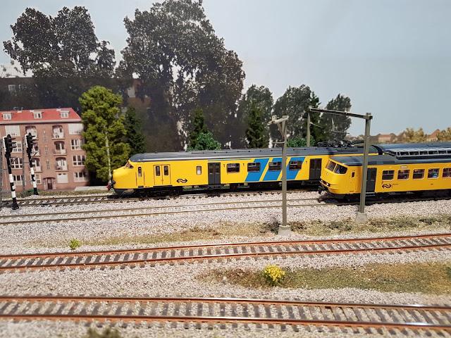 Druk treinverkeer op de modelspoorbaan.