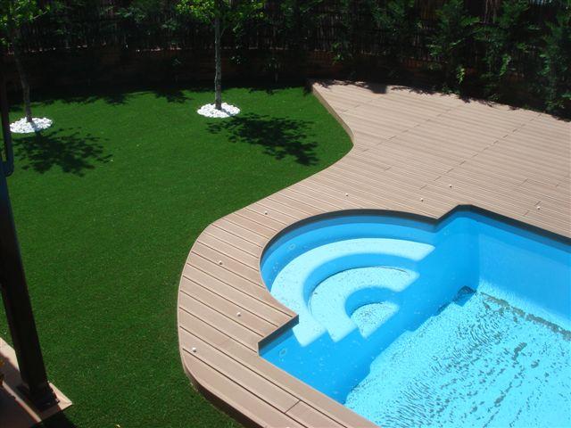 Dise o exterior borde de madera en piscinas for Diseno de piscinas con toboganes