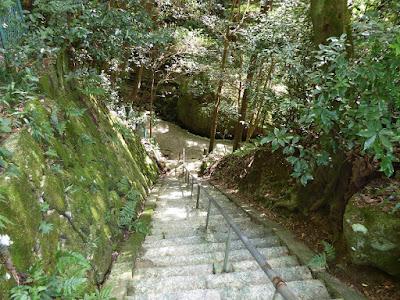 宜春院 源氏の滝不動尊 境内 階段