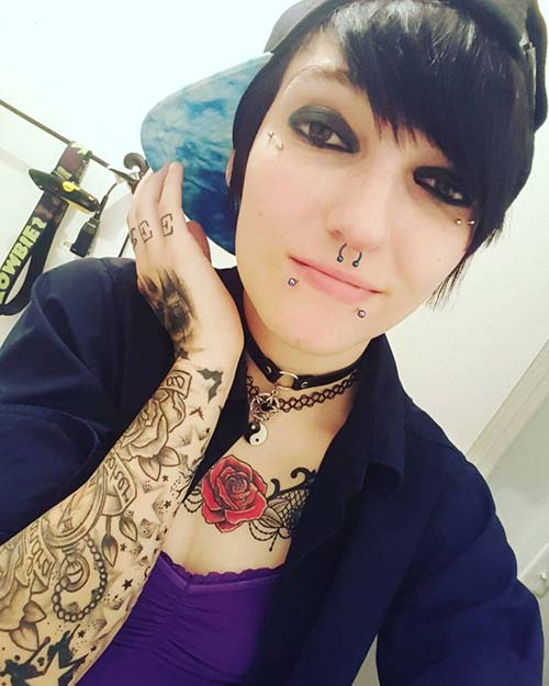 dövmeli kız snake bites piercing