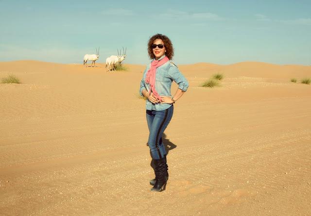 سوزان نجم الدين  تتألق بالجينز الضيق في صحراء دبي