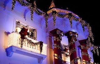 Decoración de fachada navideña