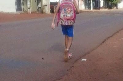 Resultado de imagem para alunos vão para escola pé por falta de transporte escolar