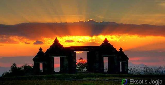 Indahnya sunset di Candi Ratu Boko. Foto : Eksotis Jogja.