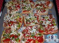 firinda kahvaltilik ekmek dilimleri, firinda ekmek dilimleri, kolay pizza