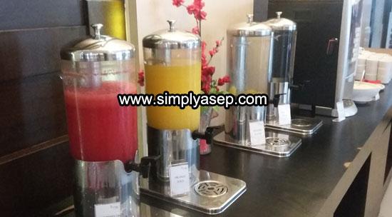 MINUMAN : Ada berbagai minuman tersedia pada umumnya adalah orange juice, dan lain sebagainya.  Foto Asep Haryono