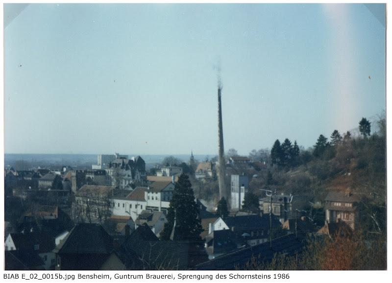 BIAB_E_02_00015b: Bilder der Sprengung des Schornsteines, Brauerei Guntrum, Bensheim 1986, Quelle: Norbert Clara, Bensheim