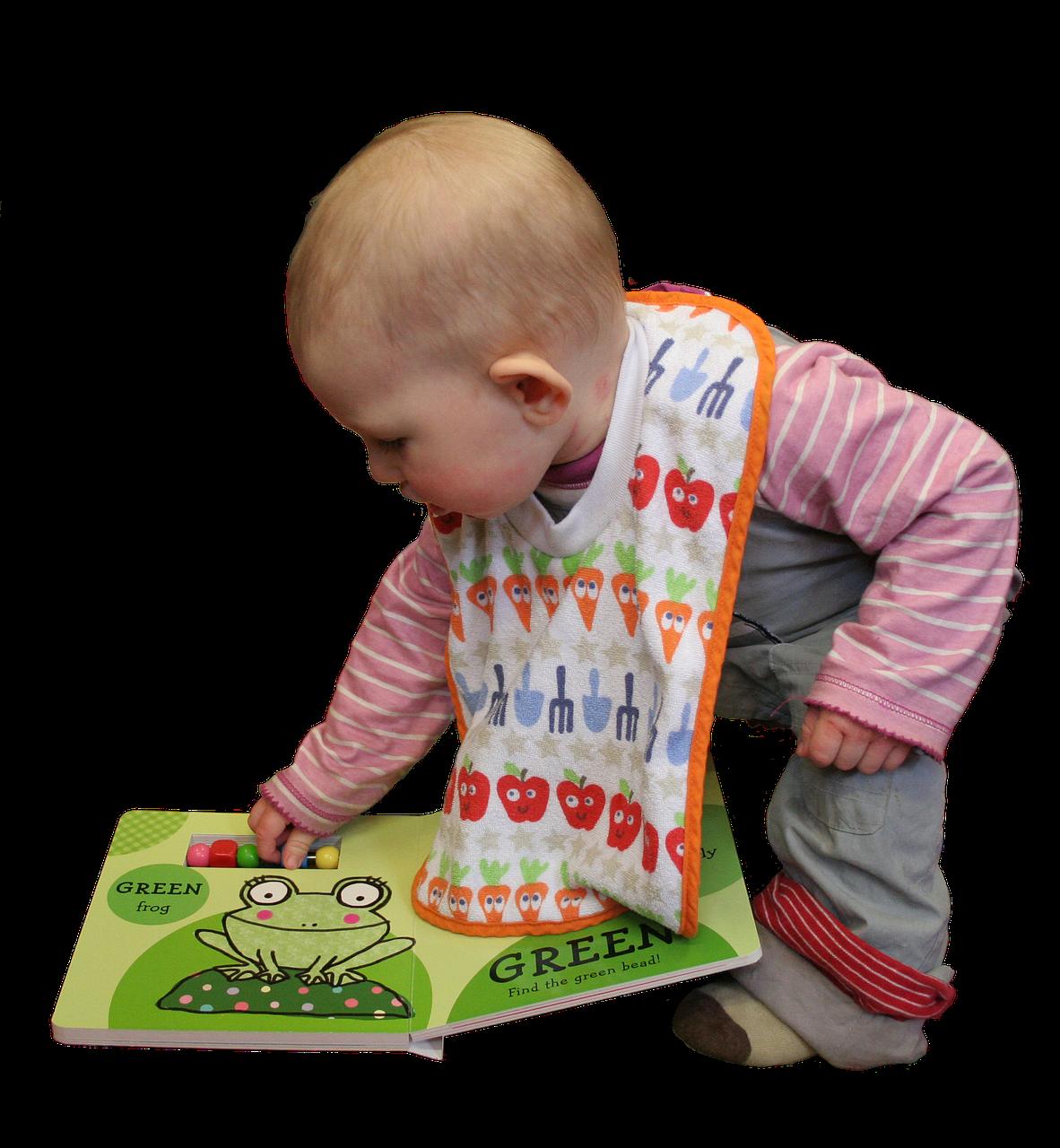 Baby spielt mit Kinderbuch